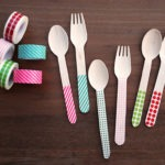utiliza cinta para decorar tus cubiertos plasticos
