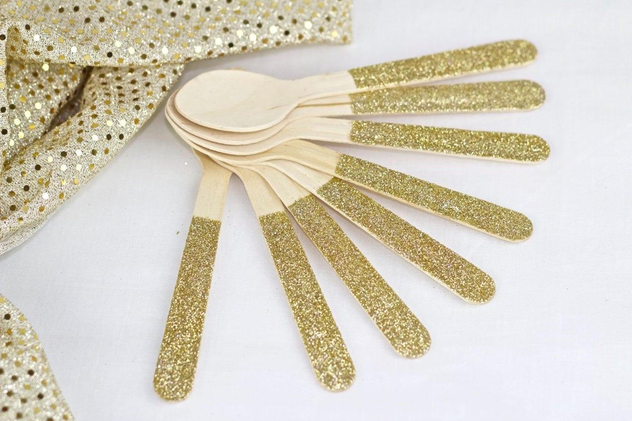 puedes decorar los cubiertos plásticos con escarcha