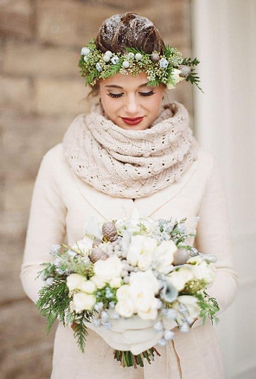 corona bella entrelazadas con las bayas de invierno helado y conos de pino