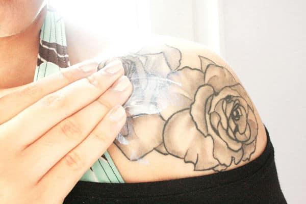 Consejos prácticos para el cuidado a la hora de cómo curar un tatuaje