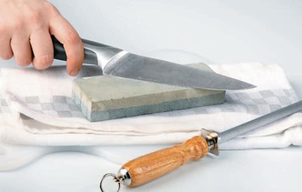 Cómo afilar un cuchillo utilizando una piedra de afilar o de diamante